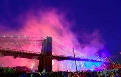 4. Juli 2014 Feuerwerke Brooklyn-Brücke Manhattan Lizenzfreies Stockbild