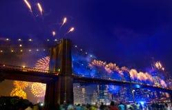 4. Juli 2014 Feuerwerke Brooklyn-Brücke Manhattan Stockfotografie