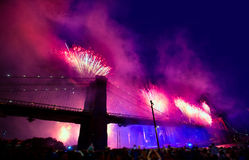 4. Juli 2014 Feuerwerke Brooklyn-Brücke Manhattan Stockbilder