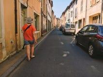 18. Juli 2017 Frankreich-Stadt von Cluny, die Region des Burgunders: Leutetouristen gehen entlang die alte schmale Straße des CEN Stockbilder