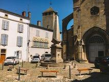 18. Juli 2017 Frankreich-Stadt von Cluny, Region des Burgunders: Alte schmale Straße des zentralen Stadtteiles im heißen, sonnige Lizenzfreie Stockbilder