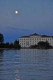 Juli fullmåne på sjön (lagoen) Maggiore, Italien Royaltyfri Bild