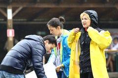 11 JULI 2013 - GARANA, ROEMENIË Scènes en mensen die of op de straat in een regenachtige dag zitten lopen Stock Afbeeldingen