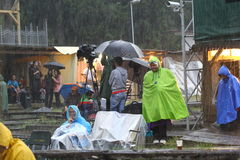 11 JULI 2013 - GARANA, ROEMENIË Scènes en mensen die of op de straat in een regenachtige dag zitten lopen Royalty-vrije Stock Afbeeldingen