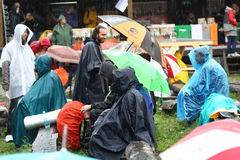11 JULI 2013 - GARANA, ROEMENIË Scènes en mensen die of op de straat zitten lopen Stock Afbeelding