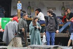 11 JULI 2013 - GARANA, ROEMENIË Vrij toont en exposities Scènes en mensen die of op de straat zitten lopen Stock Foto's