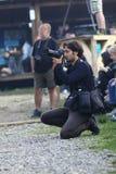 12 JULI 2013 - GARANA, RUMÄNIEN Fotografer och kameror på gatorna Arkivbild
