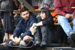11 JULI 2013 - GARANA, RUMÄNIEN Platser och folk som sitter eller går på gatan i en regnig dag Arkivbild