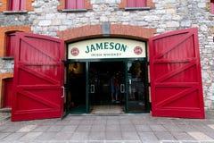 29. Juli 2017 gehen Destillierapparate, Midleton, Co-Korken, Irland - Haupteingang zu Jameson Experience Stockbild