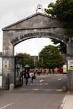 29. Juli 2017 gehen Destillierapparate, Midleton, Co-Korken, Irland - versehen Sie Eingang zu Jameson Experience mit einem Gatter Lizenzfreies Stockbild