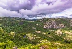 20. Juli 2015: Gestalten Sie auf dem Weg zum Kanzel-Felsen nahe Sta landschaftlich Lizenzfreie Stockfotos