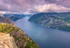 20. Juli 2015: Gestalten Sie am Gipfel des Kanzel-Felsens, Norwa landschaftlich Stockfotos