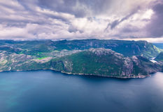 20. Juli 2015: Gestalten Sie am Gipfel des Kanzel-Felsens, Norwa landschaftlich Stockfoto