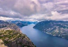 20. Juli 2015: Gestalten Sie am Gipfel des Kanzel-Felsens, Norwa landschaftlich Lizenzfreie Stockfotos