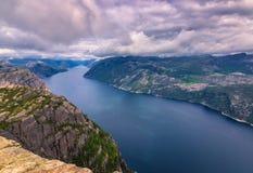 20. Juli 2015: Gestalten Sie am Gipfel des Kanzel-Felsens, Norwa landschaftlich Stockbild