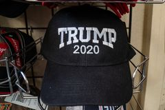 3. JULI 2018 - HOLBROOK ARIZONA: Wiederwahlhut 2020 Präsidenten Donald Trump für Verkauf in einem Souvenirladen lizenzfreies stockfoto