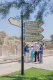 30 juli, - Informatietekens en een groep toeristen in het oude Byzantijnse park in Caesarea - Caesarea 2015 in Israël Stock Fotografie