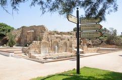 30 juli, - Informatietekens in het oude Byzantijnse park in Caesarea - Caesarea 2015 in Israël Stock Fotografie