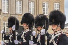 9. Juli 2018 - königliche Leibgarde vor Amalienborg-Palast, Kopenhagen, Dänemark, Europa lizenzfreie stockfotos