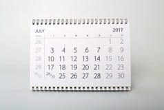 juli Kalender av året tvåtusen sjutton Arkivfoton