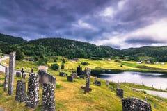18 juli, 2015: Kerkhof van Eidsborg Stave Church, Noorwegen Royalty-vrije Stock Afbeeldingen