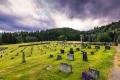 18 juli, 2015: Kerkhof van Eidsborg Stave Church, Noorwegen Royalty-vrije Stock Fotografie