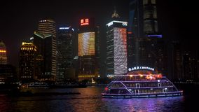 01 Juli, 2018 Kina, Shanghai Nattsikt av av Lujiazui horisont som sett från bunden, över Huangpuet River, med lager videofilmer