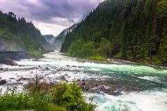 21. Juli 2015: Kleiner Fluss in der norwegischen Landschaft, Norwegen Lizenzfreie Stockfotos