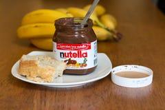 18. Juli 2017 Korken-, Irland- - Nutella-Glas und eine Scheibe des selbst gemachten Bruches mit gesunden Früchten Stockfotografie
