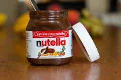 18. Juli 2017 Korken-, Irland- - Nutella-Glas und eine Scheibe des selbst gemachten Bruches mit gesunden Früchten Lizenzfreie Stockbilder