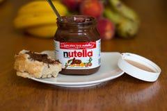 18. Juli 2017 Korken-, Irland- - Nutella-Glas und eine Scheibe des selbst gemachten Bruches mit gesunden Früchten Lizenzfreie Stockfotografie