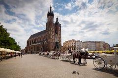10 Juli 2017-Krakow, Polen - vagn med hästar, gammal stadscent Royaltyfri Foto