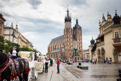 10 Juli 2017-Krakow, Polen - vagn med hästar, gammal stadscent Royaltyfri Fotografi