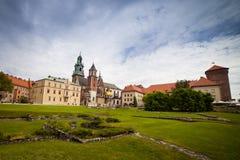 10 Juli 2017, Krakow - Wawel slott på dagen, Wawel kulle med cathed Fotografering för Bildbyråer