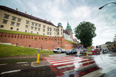 10 Juli 2017, Krakow - Wawel slott på dagen, Wawel kulle med cathed Royaltyfri Fotografi