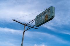 11 juli 2018 - Las Vegas Nevada: Oud geroest uitstekend motelteken voor het het Hof van Las Vegas motel royalty-vrije stock foto