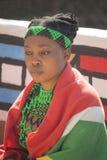 04 Juli, 2015 - Lesedi, Sydafrika Kvinna i etnisk kläder, tillbehör Royaltyfri Foto