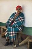 04 Juli, 2015 - Lesedi, Sydafrika KvinnaBantu Sesotho bredvid hennes hus Arkivfoton