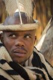 04 Juli, 2015 - Lesedi, Sydafrika Man i etnisk tillbehör Arkivbild