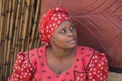 04 Juli, 2015 - Lesedi, Zuid-Afrika Zoeloes vrouw Bantoe in etnische kleren Royalty-vrije Stock Afbeeldingen