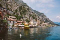8 juli, 2013: Limone sul Garda bij schemer, Garda-Meer, de provincie van Brescia, Lombardije, Italië stock afbeeldingen