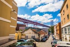 10. Juli 2017 - Lissabon, Portugal Das 25 De Abril Bridge ist eine Brücke, welche an die Stadt von Lissabon an den Stadtbezirk vo Lizenzfreies Stockbild