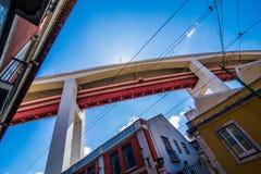 10 Juli 2017 - Lissabon, Portugal 25 DE Abril Bridge zijn een brug die de stad van Lissabon verbinden met de gemeente van Almada Royalty-vrije Stock Afbeelding