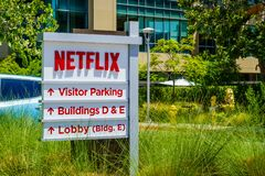 Juli 30, 2018 Los Gatos/CA/USA - Netflix logo som är främst av deras högkvarter som placeras i Silicon Valley; södra San Francisc arkivfoton