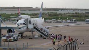 02 Juli, 2018 Macao internationell flygplats Passagerare som stiger ombord ett flygplan på landningsbanan lager videofilmer