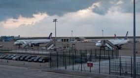 02 Juli, 2018 Macao internationell flygplats Passagerareflygplan som parkeras på flygplatsen Kommersiella jetar med solnedgång arkivfoton