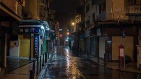 02 Juli, 2018 Macao Kina Nattsikt av den gamla byggnad och gatan på Macao efter regn fotografering för bildbyråer