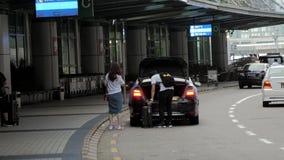 15 Juli, 2018 Macao Kina Passagerare får av från taxien och väljer upp bagage på flygplatsen lager videofilmer