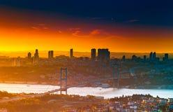15 Juli martelt Brug, Bosphorus-Brug van Camlica-heuvel bij zonsondergang Istanboel, Turkije royalty-vrije stock foto