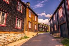 27 juli, 2015: Mijnbouwhuizen in Roros, Noorwegen Stock Afbeelding